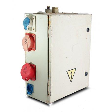 Nº3402. Cuadro metálico con enchufes, magnetotérmicos y diferenciales